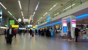 Amsterdam, Netherland Schiphol Luchthaven De zaal van de KLM-terminal stock video