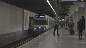AMSTERDAM/NETHERLANDS -2019年4月:在滑铁卢简单的地铁的到达的火车在阿姆斯特丹[鞭打平的外形] 股票视频
