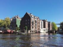 """Amsterdam, niederländisches †""""am 4. Mai 2018: Tanzenhäuser über Fluss Amstel-Markstein lizenzfreies stockbild"""