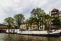 Amsterdam, Olanda - 2019 Canali di Amsterdam, Paesi Bassi in un giorno di estate nuvoloso immagini stock