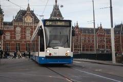 AMSTERDAM, OLANDA - 13 MAGGIO: Regoli il funzionamento nel centro urbano fra i pedoni Fotografia Stock Libera da Diritti