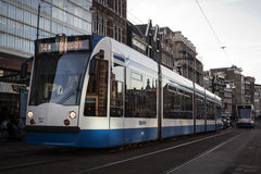 AMSTERDAM, OLANDA - 13 MAGGIO: Regoli il funzionamento nel centro urbano fra i pedoni Fotografia Stock