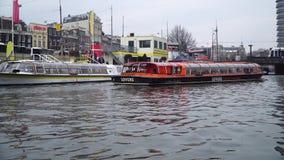 Amsterdam, Olanda - 3 marzo 2018: Vela dei crogioli di canale dopo il 3 marzo 2018 a Amsterdam archivi video