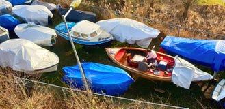 Amsterdam, Olanda Settentrionale/Paesi Bassi - 02-17-2019 due persone che preparano barca per la nuove molla e stagione estiva fotografie stock libere da diritti