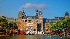 AMSTERDAM: Ora di punta a Amsterdam fuori di Rijksmuseum; passeggiata dei turisti sulla via vicino al segno stock footage