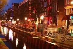 Amsterdam på natten med kanalen Royaltyfri Bild