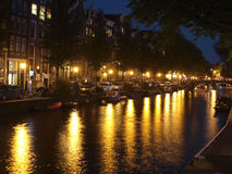 Amsterdam på natten med ljus Royaltyfri Bild