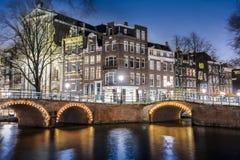 Amsterdam på natten, Singel kanal Fotografering för Bildbyråer