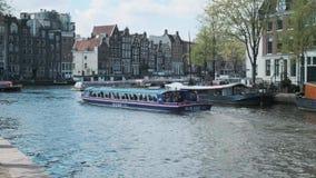 Amsterdam/Países Bajos - abril de 2019: Barco turístico en Gracht principal en Amsterdam