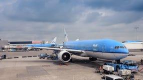 Amsterdam/Países Bajos - 07 09 2017: Aeroplano Boeing 777 de KLM en el aeropuerto de Schiphol que hace una pausa el terminal foto de archivo libre de regalías