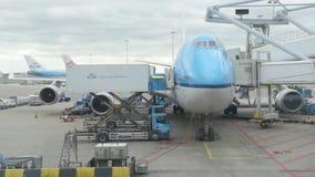 AMSTERDAM, PAÍSES BAJOS - 6 DE ABRIL DE 2016: Aeropuerto Schiphol de Amsterdam con el aeroplano Boeing 747-400 de KLM Air France almacen de video
