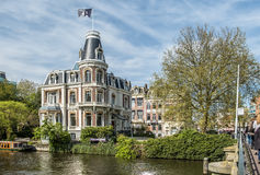Amsterdam, Países Bajos - 31 de abril de 2017: Edificio histórico típico que se coloca cerca del canal fotografía de archivo libre de regalías
