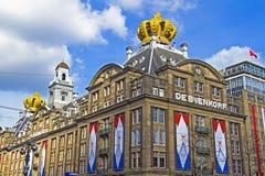 AMSTERDAM, PAÍSES BAJOS - 30 DE ABRIL: edificios adornados en occasi Fotografía de archivo libre de regalías