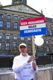 AMSTERDAM, PAÍSES BAJOS - 30 DE ABRIL: El hombre está demostrando en la d Fotografía de archivo