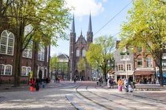 AMSTERDAM, PAÍSES BAJOS 27 DE ABRIL: Fachada de Krijtberg Kerk en la distancia el Day en abril 27,2015 de rey en Amsterdam, Paíse Fotografía de archivo libre de regalías