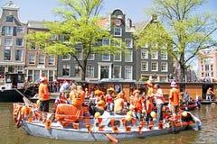 AMSTERDAM, PAÍSES BAJOS - 30 DE ABRIL: Gente en la celebración anaranjada Fotografía de archivo