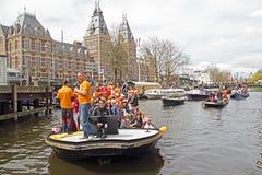 AMSTERDAM, PAÍSES BAJOS - 30 DE ABRIL: Gente en la celebración anaranjada Imagen de archivo libre de regalías