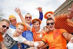AMSTERDAM, PAÍSES BAJOS - 30 DE ABRIL: Gente en la celebración anaranjada Fotos de archivo libres de regalías