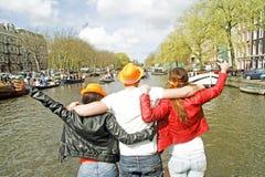 AMSTERDAM, PAÍSES BAJOS - 30 DE ABRIL: La gente feliz está celebrando Imagen de archivo libre de regalías