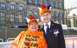 AMSTERDAM, PAÍSES BAJOS - 30 DE ABRIL: Pares que celebran la corona Fotografía de archivo libre de regalías