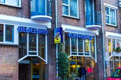 Amsterdam, Países Bajos - 14 de diciembre de 2017: La muestra de neón azul de la cafetería Foto de archivo