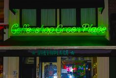 Amsterdam, Países Bajos - 14 de diciembre de 2017: La muestra de neón verde de la cafetería Imagen de archivo
