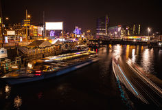 AMSTERDAM, PAÍSES BAJOS - 17 DE ENERO DE 2016: Barco del ruise del ¡de Ð en canales de la noche de Amsterdam el 17 de enero de 20 Foto de archivo