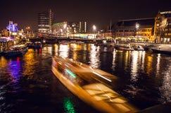 AMSTERDAM, PAÍSES BAJOS - 17 DE ENERO DE 2016: Barco del ruise del ¡de Ð en canales de la noche de Amsterdam el 17 de enero de 20 Fotografía de archivo libre de regalías