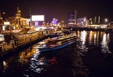 AMSTERDAM, PAÍSES BAJOS - 17 DE ENERO DE 2016: Barco del ruise del ¡de Ð en canales de la noche de Amsterdam el 17 de enero de 20 Imagen de archivo