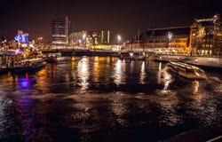 AMSTERDAM, PAÍSES BAJOS - 17 DE ENERO DE 2016: Barco del ruise del ¡de Ð en canales de la noche de Amsterdam el 17 de enero de 20 Imágenes de archivo libres de regalías