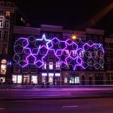 AMSTERDAM, PAÍSES BAJOS - 22 DE ENERO DE 2016: Calles de la ciudad de Amsterdam en la noche Vistas generales del paisaje de la ci Imagenes de archivo