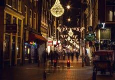AMSTERDAM, PAÍSES BAJOS - 22 DE ENERO DE 2016: Calles de la ciudad de Amsterdam en la noche Vistas generales del paisaje de la ci Foto de archivo libre de regalías