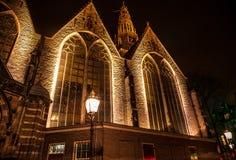 AMSTERDAM, PAÍSES BAJOS - 22 DE ENERO DE 2016: Calles de la ciudad de Amsterdam en la noche Vistas generales del paisaje de la ci Fotografía de archivo