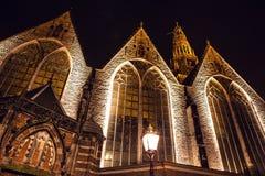 AMSTERDAM, PAÍSES BAJOS - 22 DE ENERO DE 2016: Calles de la ciudad de Amsterdam en la noche Vistas generales del paisaje de la ci Imagen de archivo libre de regalías