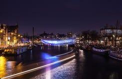 AMSTERDAM, PAÍSES BAJOS - 22 DE ENERO DE 2016: Calles de la ciudad de Amsterdam en la noche Vistas generales del paisaje de la ci Fotografía de archivo libre de regalías