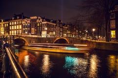 AMSTERDAM, PAÍSES BAJOS - 22 DE ENERO DE 2016: Calles de la ciudad de Amsterdam en la noche Vistas generales del paisaje de la ci Fotos de archivo libres de regalías