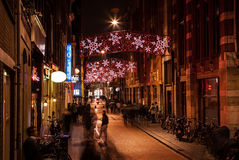 AMSTERDAM, PAÍSES BAJOS - 20 DE ENERO DE 2016: Calles de la noche de Amsterdam con las siluetas borrosas de transeúntes el 20 de  Fotos de archivo