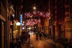 AMSTERDAM, PAÍSES BAJOS - 20 DE ENERO DE 2016: Calles de la noche de Amsterdam con las siluetas borrosas de transeúntes el 20 de  Fotografía de archivo libre de regalías