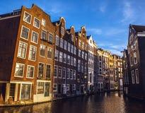 AMSTERDAM, PAÍSES BAJOS - 15 DE ENERO DE 2016: Edificios famosos del primer del centro de ciudad de Amsterdam en el tiempo determ Fotos de archivo libres de regalías