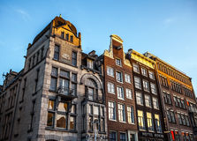 AMSTERDAM, PAÍSES BAJOS - 15 DE ENERO DE 2016: Edificios famosos del primer del centro de ciudad de Amsterdam en el tiempo determ Imagenes de archivo