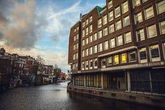 AMSTERDAM, PAÍSES BAJOS - 15 DE ENERO DE 2016: Edificios famosos del primer del centro de ciudad de Amsterdam en el tiempo determ Foto de archivo libre de regalías