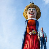AMSTERDAM, PAÍSES BAJOS - 10 DE ENERO DE 2016: Las figuras cómicas enormes acercan al centro comercial el 10 de enero de 2010 en  Imagenes de archivo