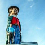 AMSTERDAM, PAÍSES BAJOS - 10 DE ENERO DE 2016: Las figuras cómicas enormes acercan al centro comercial el 10 de enero de 2010 en  Fotografía de archivo