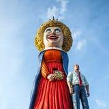 AMSTERDAM, PAÍSES BAJOS - 10 DE ENERO DE 2016: Las figuras cómicas enormes acercan al centro comercial el 10 de enero de 2010 en  Foto de archivo libre de regalías