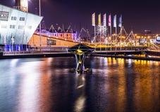 AMSTERDAM, PAÍSES BAJOS - 1 DE ENERO DE 2016: Opinión general sobre el canal de la noche en el centro de Amsterdam del puente cer Imágenes de archivo libres de regalías