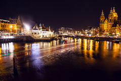 AMSTERDAM, PAÍSES BAJOS - 20 DE ENERO DE 2016: Vistas de la ciudad de Amsterdam en la noche Vistas generales del paisaje de la ci Imágenes de archivo libres de regalías