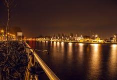 AMSTERDAM, PAÍSES BAJOS - 20 DE ENERO DE 2016: Vistas de la ciudad de Amsterdam en la noche Vistas generales del paisaje de la ci Foto de archivo libre de regalías
