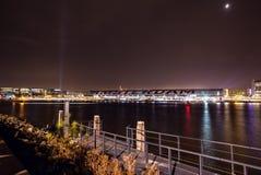 AMSTERDAM, PAÍSES BAJOS - 20 DE ENERO DE 2016: Vistas de la ciudad de Amsterdam en la noche Vistas generales del paisaje de la ci Imagen de archivo