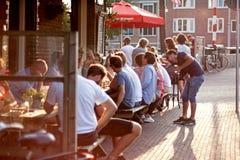 Amsterdam, Países Bajos 19 de julio de 2017 Amigos que cuelgan hacia fuera en el café Fotos de archivo libres de regalías