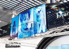 AMSTERDAM, PAÍSES BAJOS - 18 DE JULIO DE 2018: Cartelera del perfume de la fragancia de Dior Sauvage en centro comercial foto de archivo